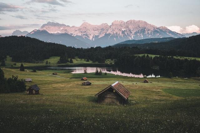 Dlaczego warto kupować działki w górach?
